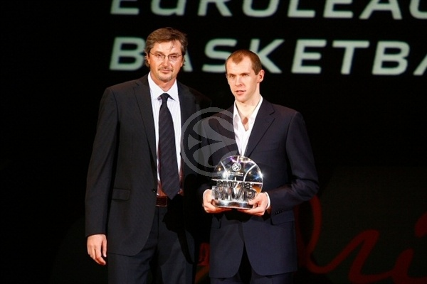 Toni Kukoc and Ramunas Siskauskas, MVP for the season - Awards Ceremony - Final Four Madrid 2008