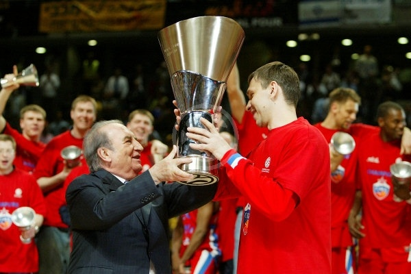Zakhar Pashutin receives EB Trophy - CSKA Moscow, EB Champion 2007-08 - Final Four Madrid 2008