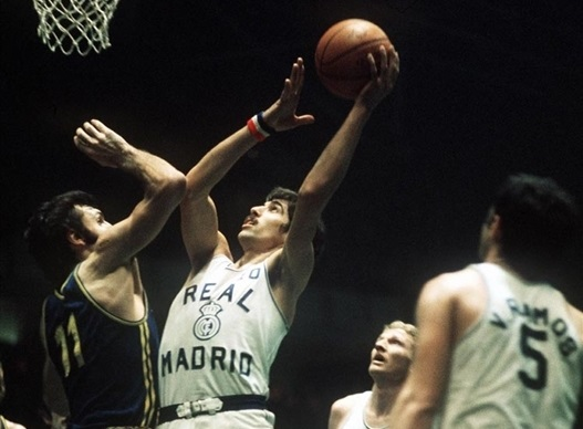 Walter Szczerbiak of Real Madrid tries to score against Dino Meneghin of Ignis Varese in 1974 European Cup final.