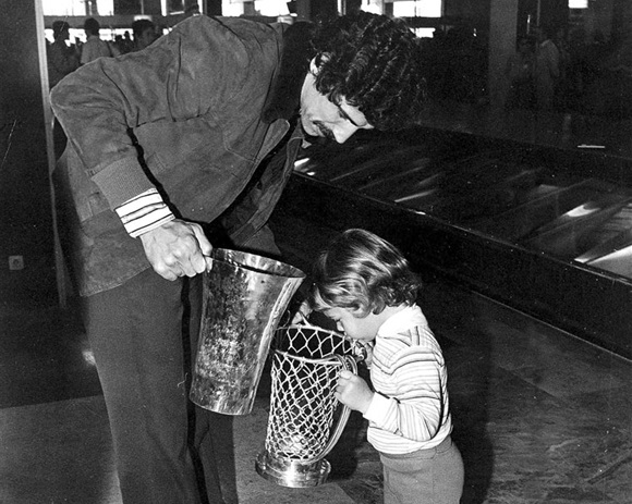 Walter Szczerbiak of Real Madrid examines European Cup with son Wally (photo: Fundacion Pedro Ferrandiz)