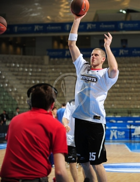 Marijonas Petravicius - Lietuvos Rytas warming up - Final Eight Turin 2009