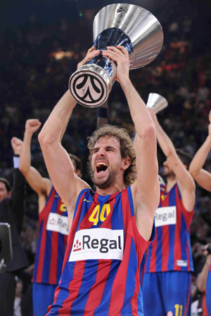 Roger Grimau lifts Euroleague trophy!