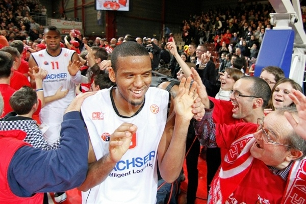 Sammy Mejia celebrates with fans - Cholet Basket