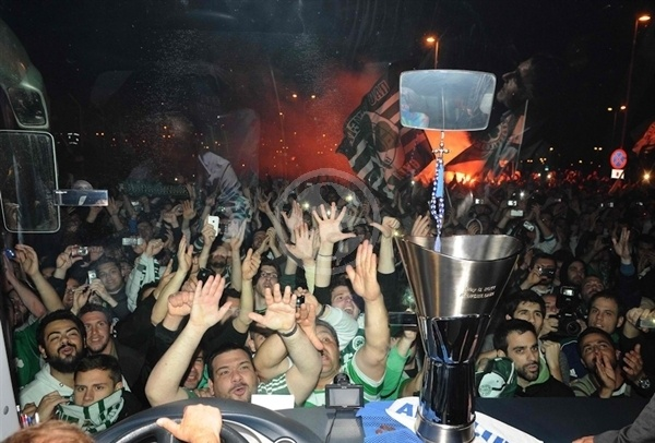 Panathinaikos arrival Athens - Final Four Barcellona 2011 (photo V.Stolis - Panathinaikos)