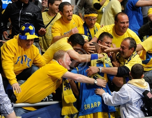 Derrick Sharp with Maccabi Electra fans