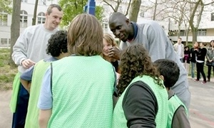 Boni Ndong with children in Paris
