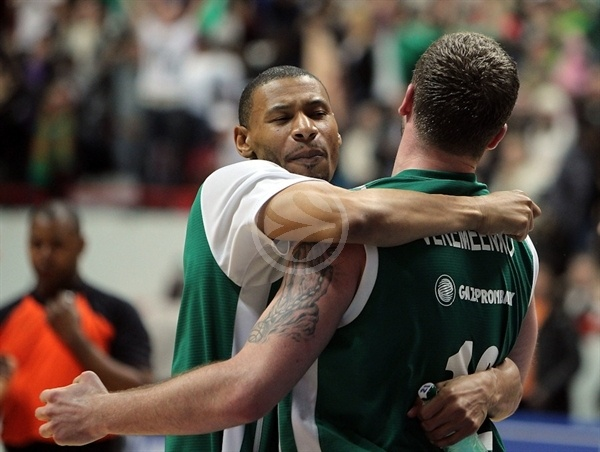 Kelly McCarty and Vladimir Veremeenko celebrates - Unics