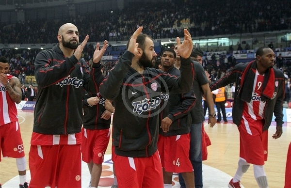 Players Olympiacos celebrates