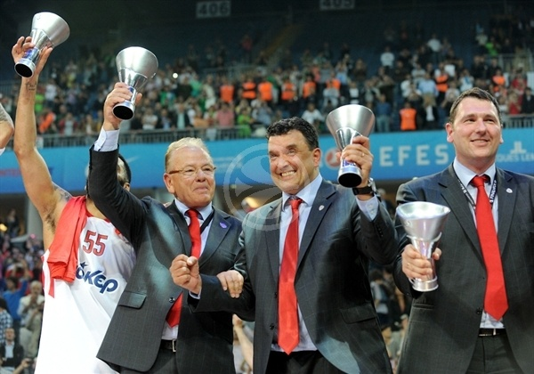 Dusan Ivkovic celebrates - Olympiacos champ Euroleague 2011-12 - Final Four Istanbul 2012