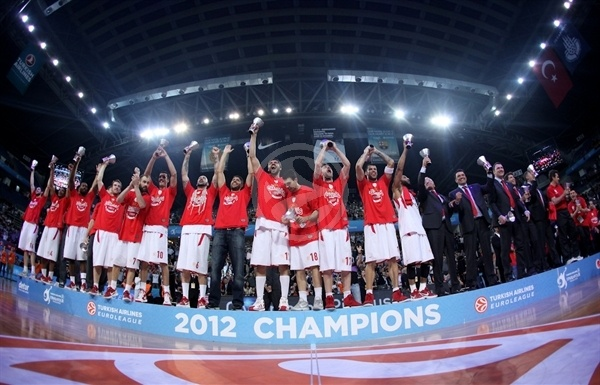 Players Olympiacos celebrates - Olympiacos champ Euroleague 2011-12 - Final Four Istanbul 2012
