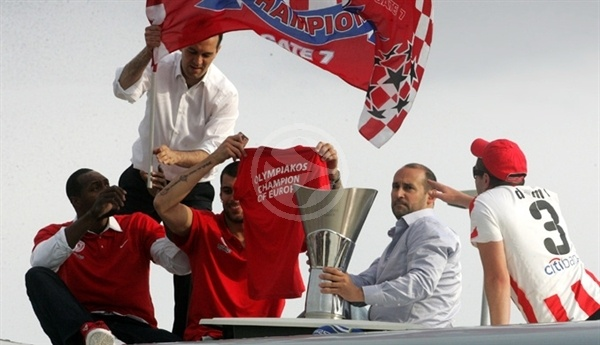 Olympiacos celebrates in Greece (photo olympiacosbc.gr)