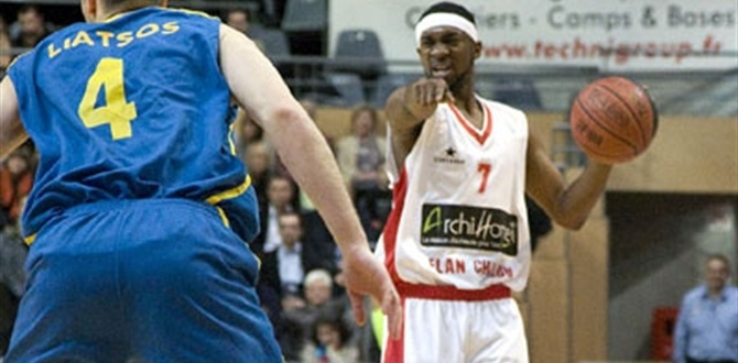 Cholet signs Everett, releases Uzoh