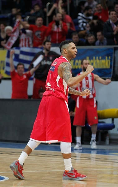 Acie Law celebration - Olympiacos Piraeus - EB12