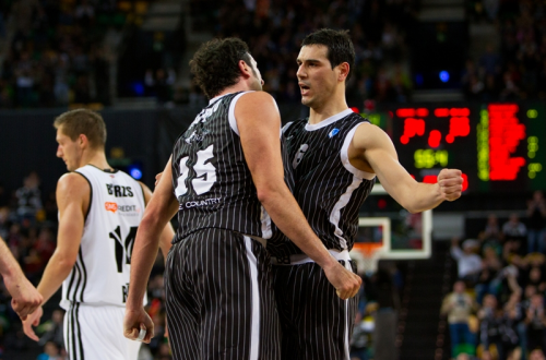 Alex Mumbru and Nikos Zisis celebrates - Uxue Bilbao - EC (photo bilbaobasket.biz)