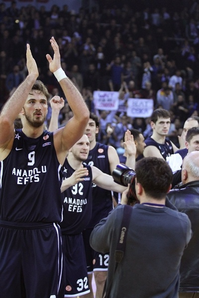 Players Anadolu Efes celebrates - EB12