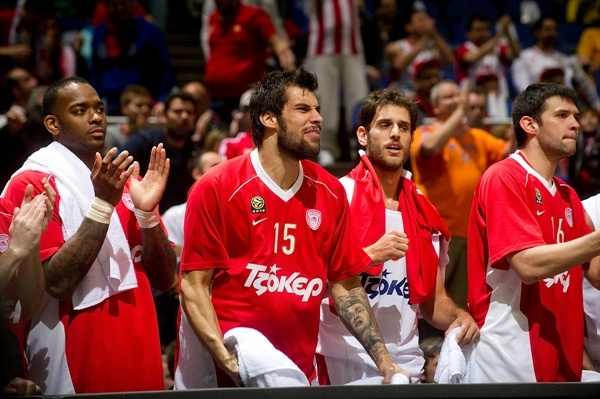 Bench Olympiacos Piraeus celebrates - Final Four London 2013