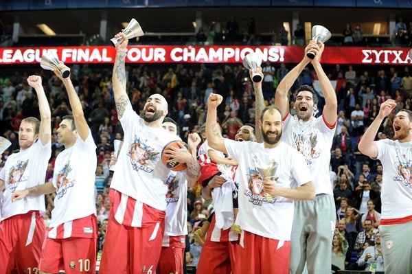 Team celebrates - Olympiacos Piraeus champ - Final Four London 2013