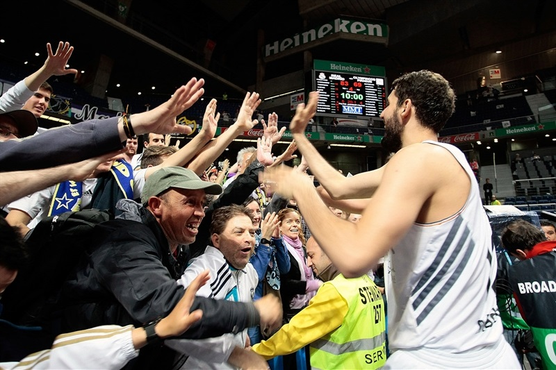 Nikola Mirotic celebrates with fans - Real Madrid - EB13