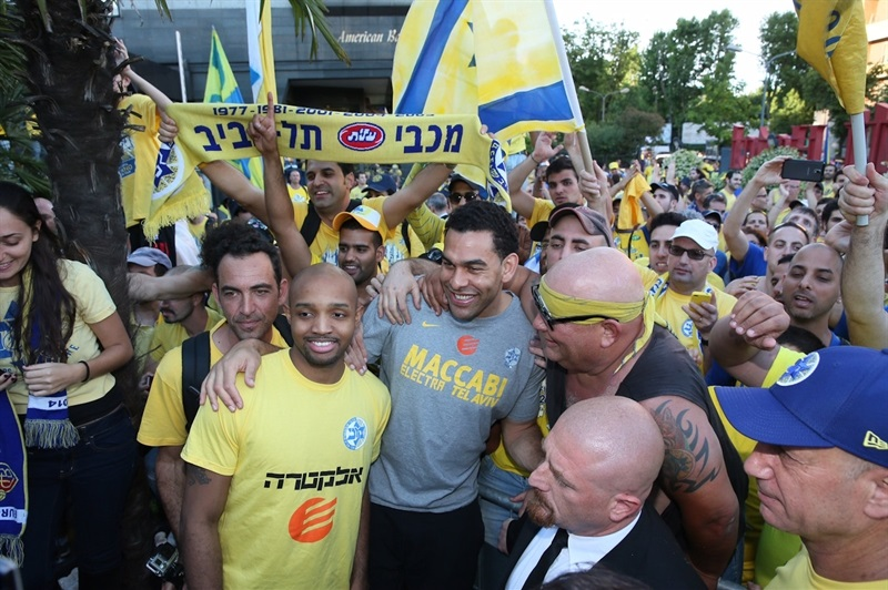 David Blu with Maccabi Electra fans - Final Four 2014