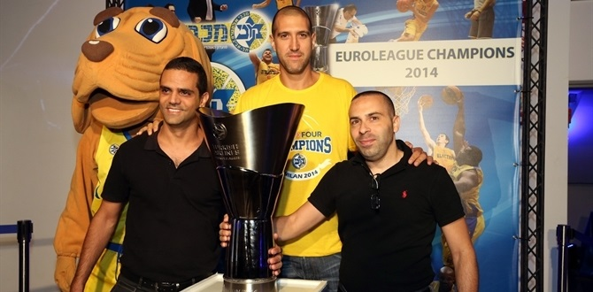 Thousands rush to see Euroleague trophy in Tel Aviv