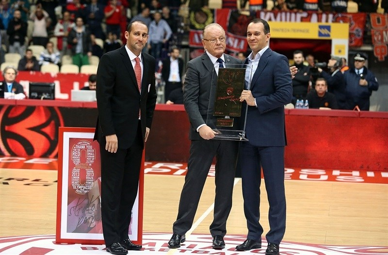 Dusan Ivkovic, Head Coach of Anadolu Efes Istanbul receives an award from CEOs of Olympiacos, Mr. Panagiotis and George Aggelopoulos - EC14