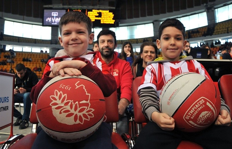 Young fans - Olympiacos Piraeus - EB14