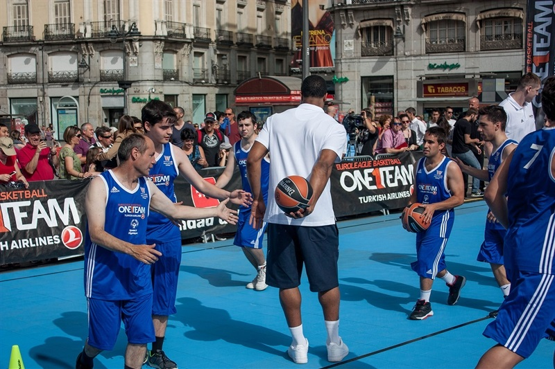 Kyle Hines at One Team action in Puerta del Sol, Madrid