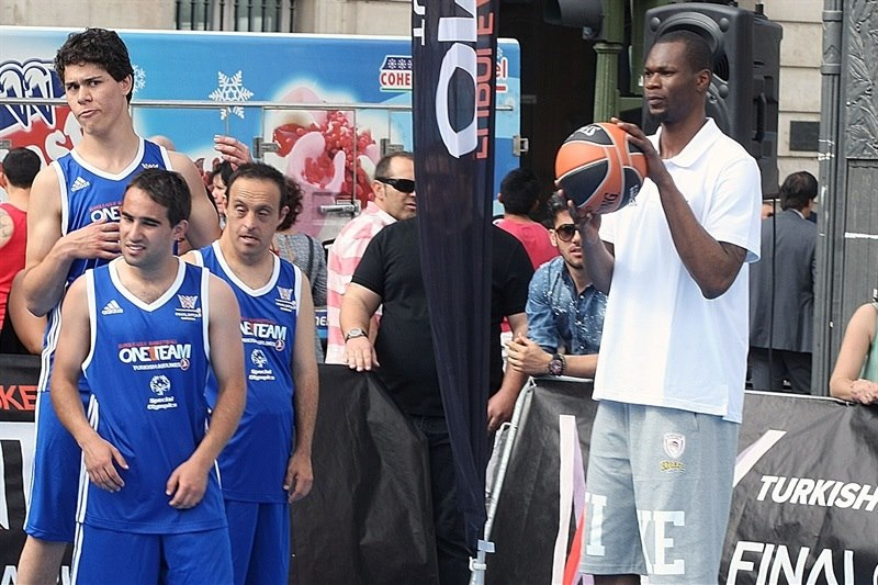 Brent Petway - One Team Session with Special Olympics in Puerta Del Sol - Final Four Madrid 2015 - EB14