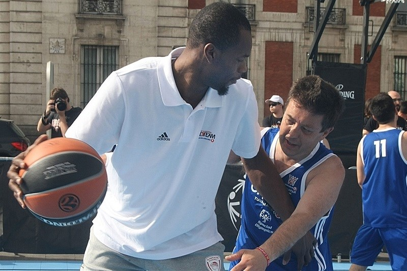 Brent Petway - One Team Session with Special Olympics in Puerta Del Sol - Final Four Madrid 2015 - EB14_5yfeepev4n4inh9h