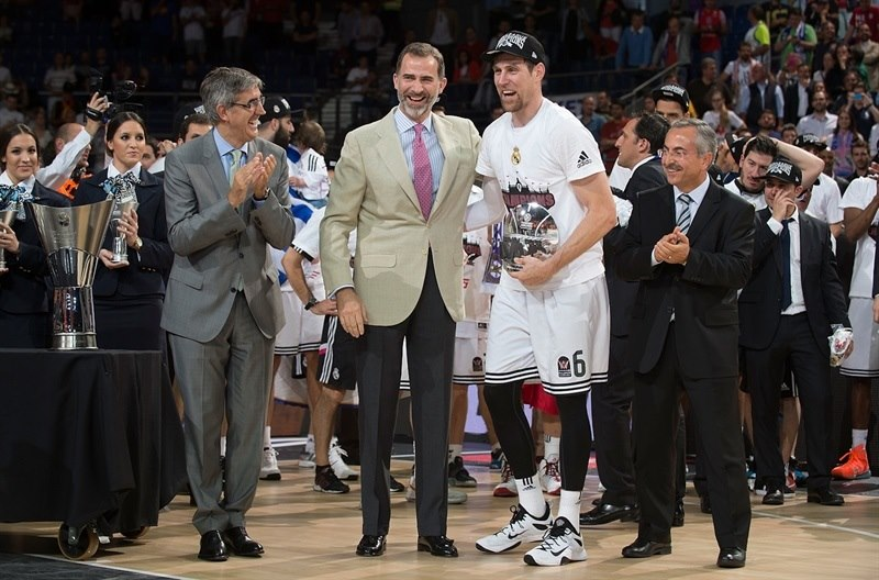 His Majesty Felipe VI, King of Spain, contratulates the MVP, Andres Nocioni.