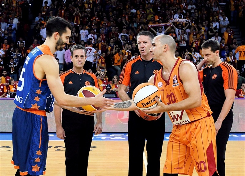 Ceremony of intercharge of balls - Galatasaray Liv Hospital vs. Valencia Basket - EB14