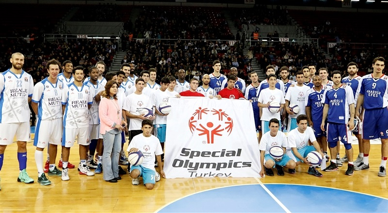 players Dinamo Sassari and Anadolu Efes with Special Olympics - One Team - EB14
