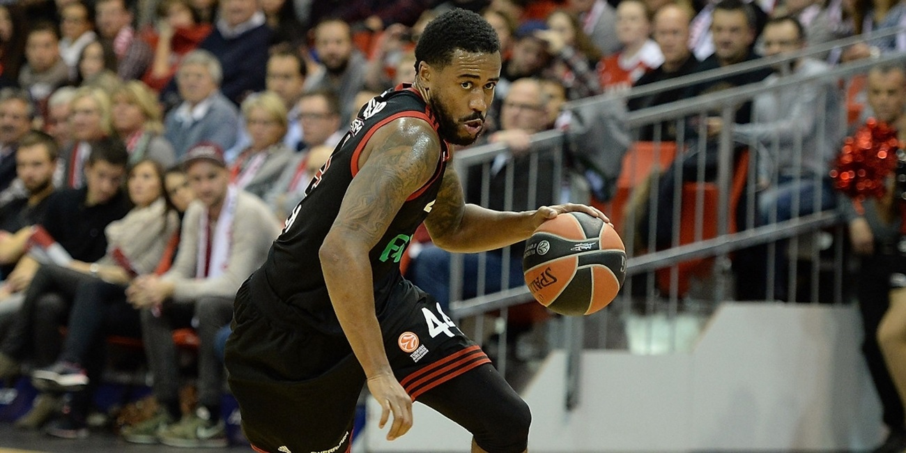 Bamberg gets experience with guard Taylor