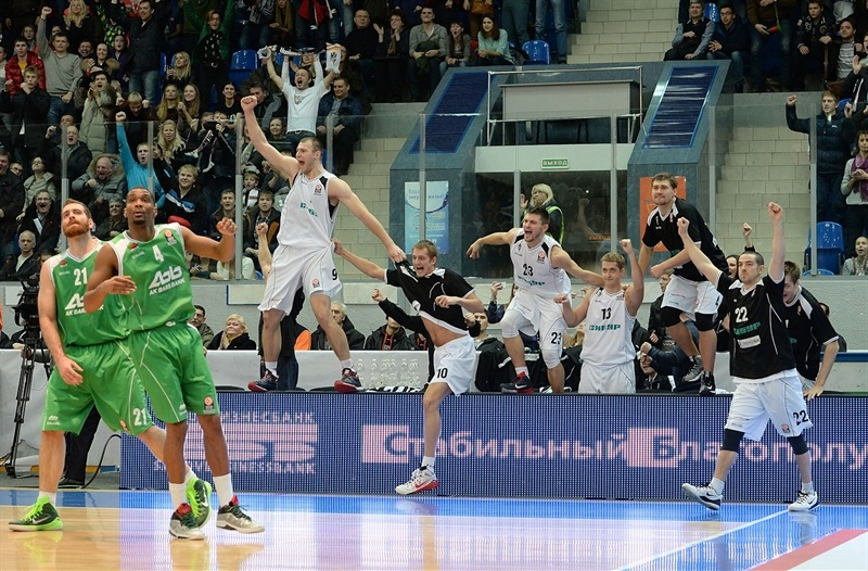 Players Nizhny Novgorod celebrates - EB14