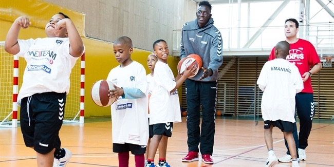 Laboral Kutxa's Diop shares time with children from club's One Team project