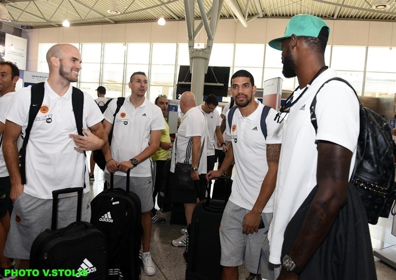 Players Panathinaikos Athens in airport - World Tour 2015 - EB15 (photo Panathinaikos - V. Stolis)