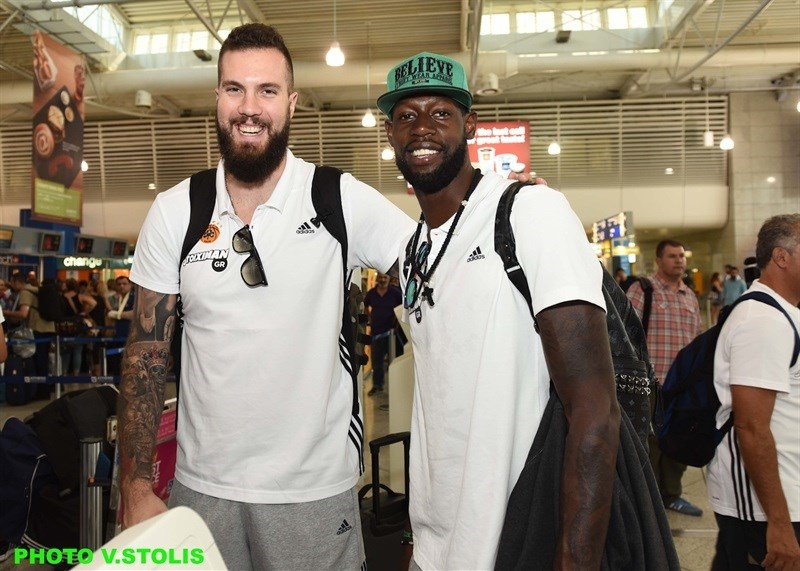 Miroslav Raduljica and James Gist - Panathinaikos Athens in airport - World Tour 2015 - EB15 (photo Panathinaikos - V. Stolis)