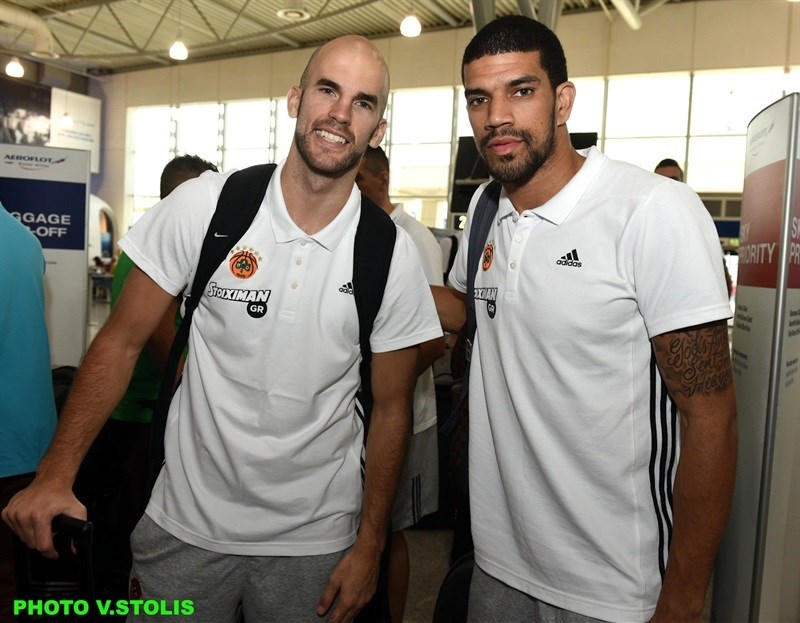 Nick Calathes and James Feldeine - Panathinaikos Athens in airport - World Tour 2015 - EB15 (photo Panathinaikos - V. Stolis)