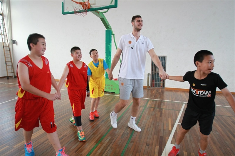 Georgios Papagiannis at Baoshuta Exprimental Primary school - One Team Panathinaikos in China - World Tour 2015 - EB15