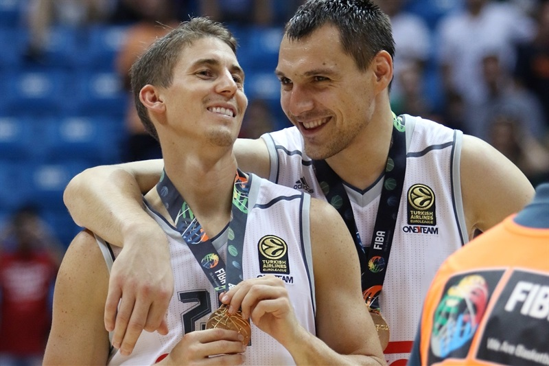 Jaycee Carroll and Jonas Maciulis celebrates - Real Madrid vs. Bauru, Game 2 - Intercontinental Cup 2015 - EB15  (photo José Jiménez Tirado - FIBA Americas)