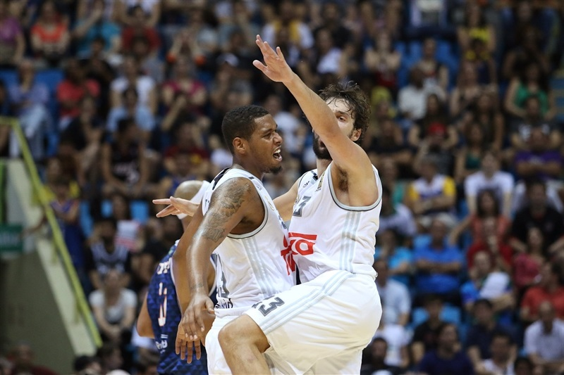 Trey Thompkins and Sergio Llull celebrates - Real Madrid vs. Bauru, Game 2 - Intercontinental Cup 2015 - EB15  (photo José Jiménez Tirado - FIBA Americas)