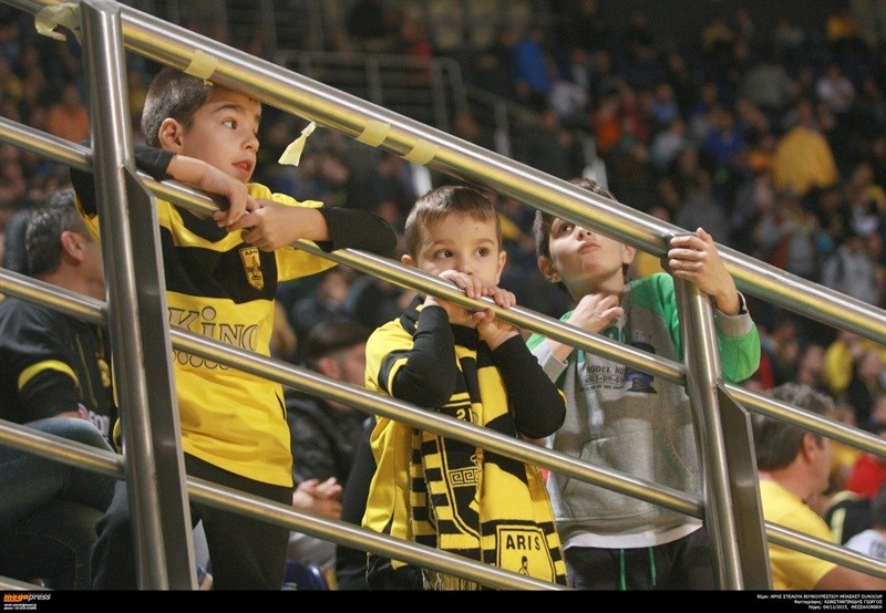 Young fans - Aris Thessaloniki - EC15 (photo AEK - megapress)