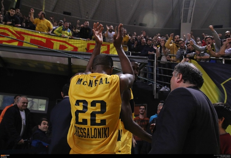 Jerel McNeal celebrates - Aris Thessaloniki - EC15 (photo AEK - megapress)