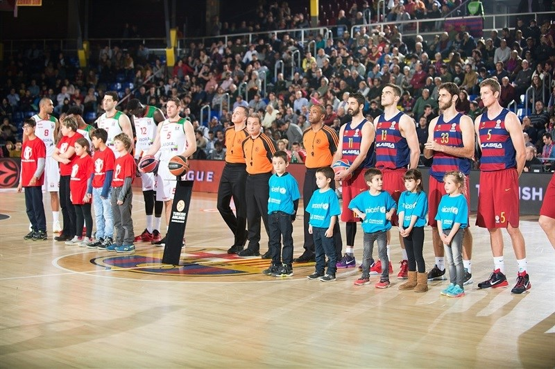 Save the children Unicef members poses in pregame - FC Barcelona Lassa - EB15
