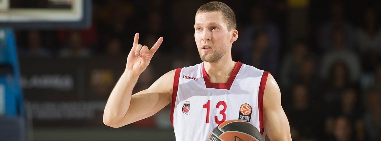 Bamberg, Strelnieks agree to 3 more years