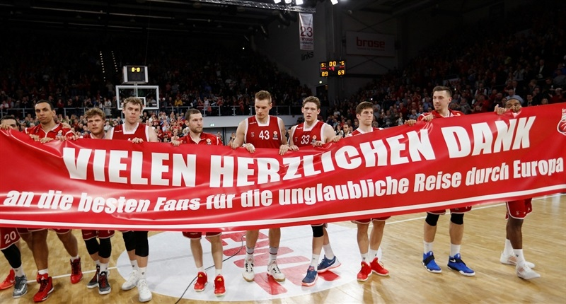 Brose Baskets Bamberg celebrates with fans - EB15