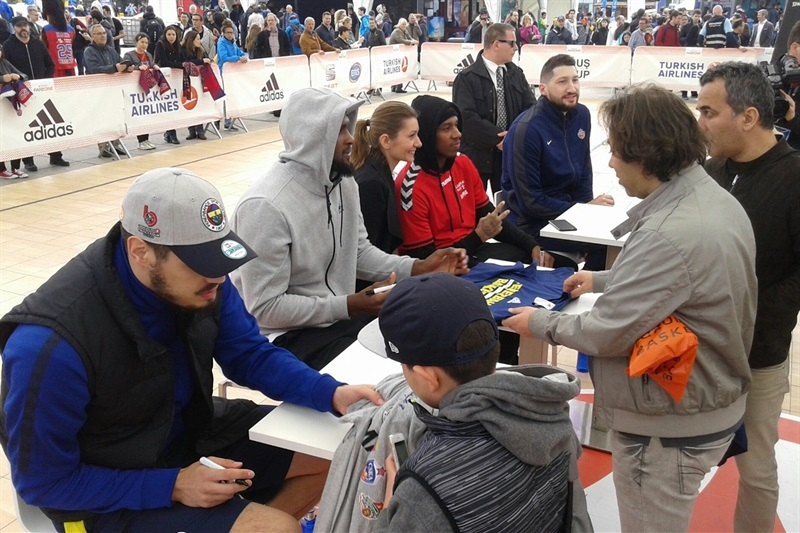 Meet & Greet, Autographs and Photos in FanZone - Final Four Berlin 2016 - EB15