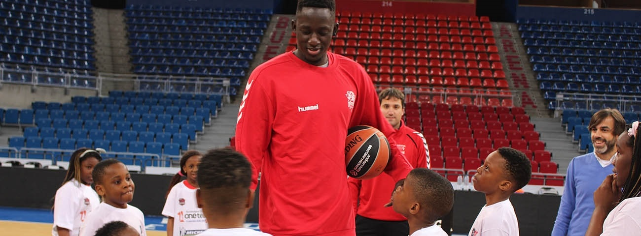 Diop welcomes children to Fernando Buesa Arena