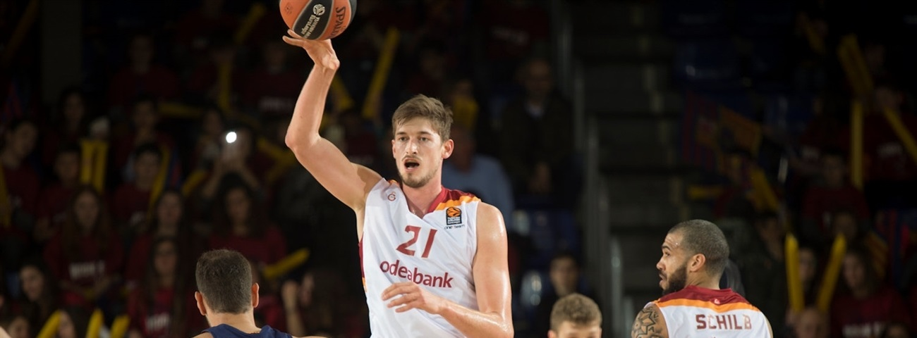 Valencia places veteran Pleiss in the middle for the next two years