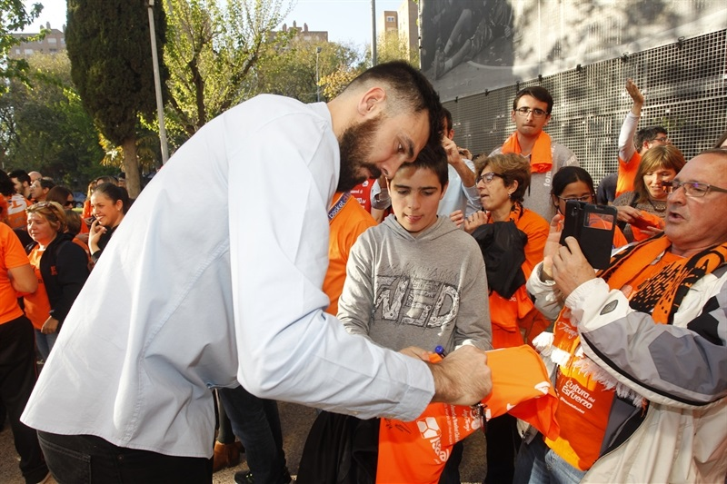 Bojan Dubljevic with fans - Valencia Basket - EC Finals 2017 - EC16